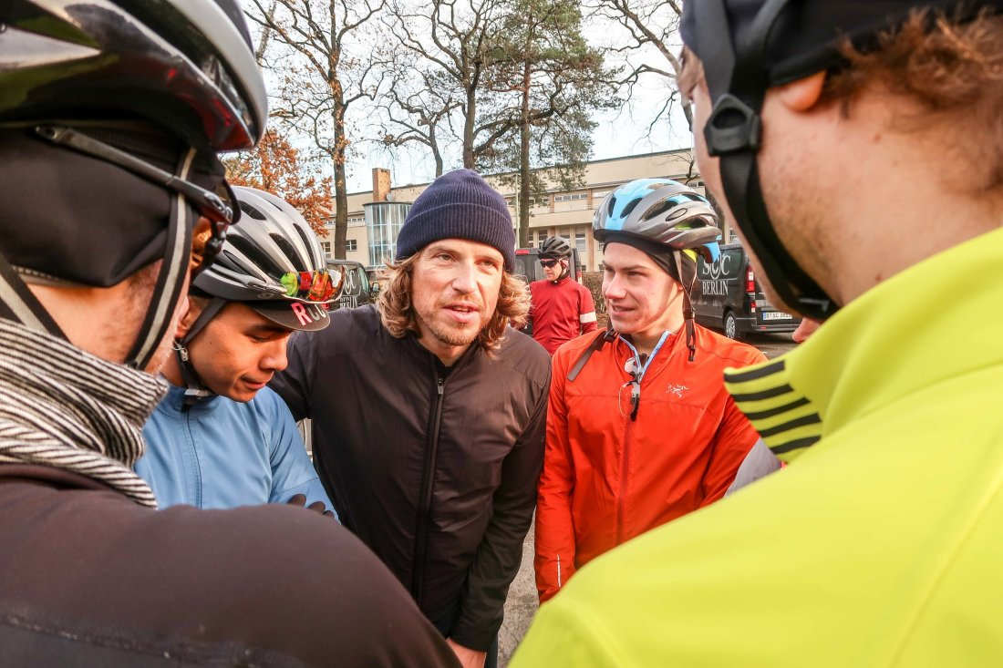 Rapha's Dirk Kaufmann delivers the morning pre-ride briefing.